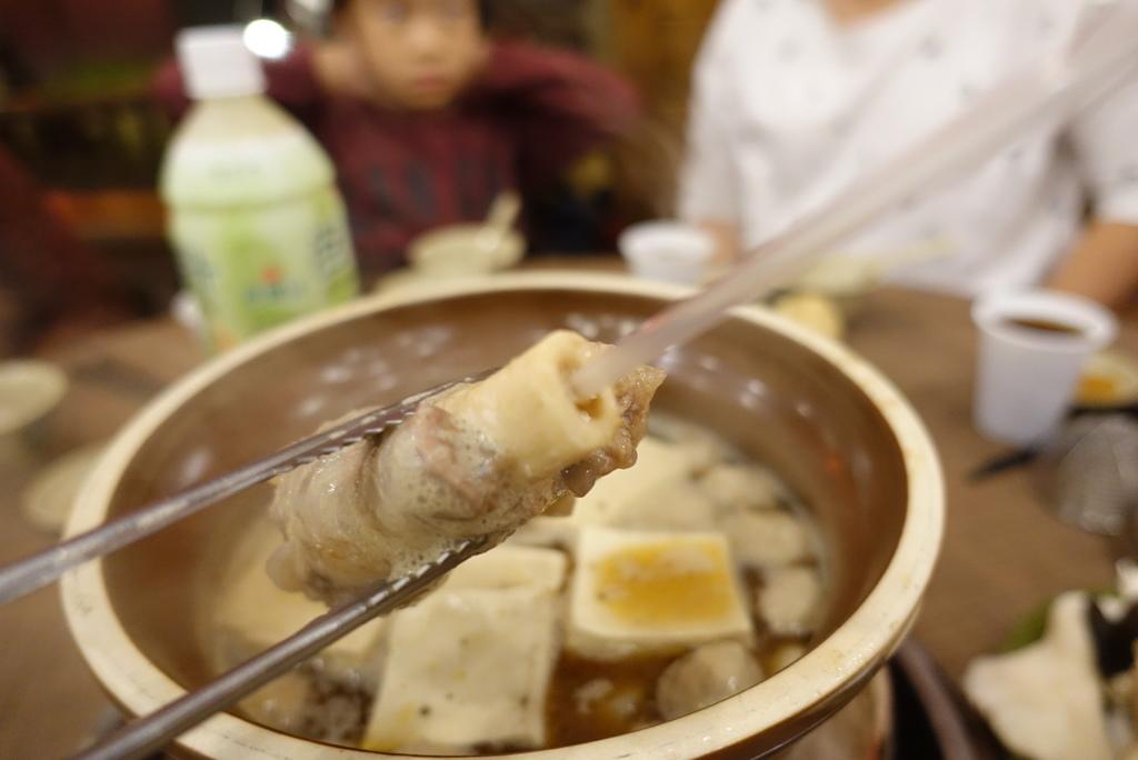 台南美食-寒流美食霸味羊肉爐台南旗艦店使用木炭加熱,餐點價格不貴,客棧風格好停車