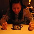 吃相機,我很喜歡這張耶,演的真好,看起來就很想吃的樣子
