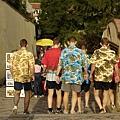 捷克的人很愛穿制服耶,都是男孩團體,這團是夏威夷來的