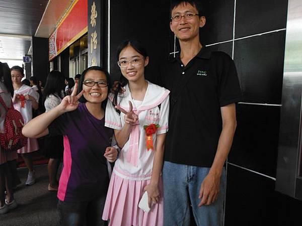 姐姐國中畢業典禮 065.JPG