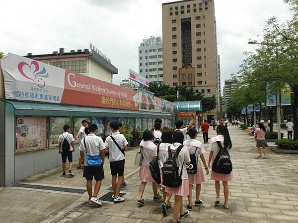 姐姐國中畢業典禮 066.JPG