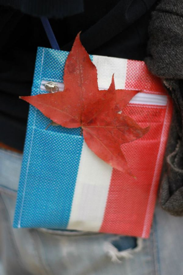 時髦趨勢 ※ 紅白藍膠袋穿上身?!