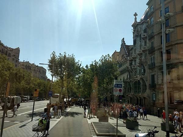 巴塞隆納著名的高第名建築之一:米拉之家之人很多....jpg