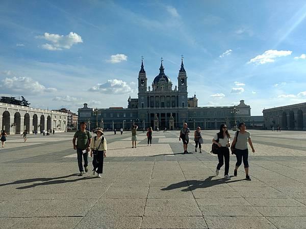 西班牙馬德里皇宮對面新蓋的建築.jpg