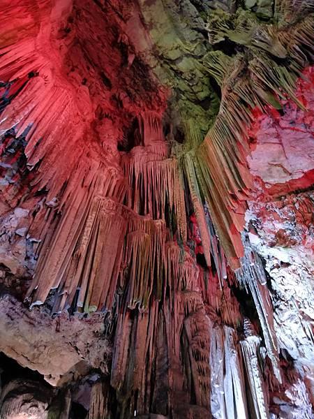 直布羅陀山頂的聖麥可鐘乳石洞,裡面還可辦音樂會真是太威.jpg