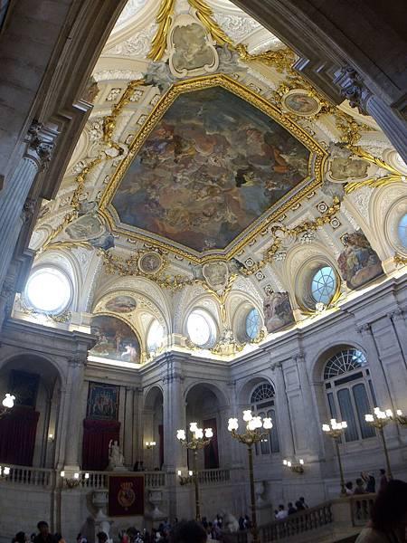 西班牙馬德里皇宮,這是前菜,裡面富麗堂皇無法拍照.jpg