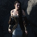 kristen-stewart-snow-white-set-09292011-13.jpg