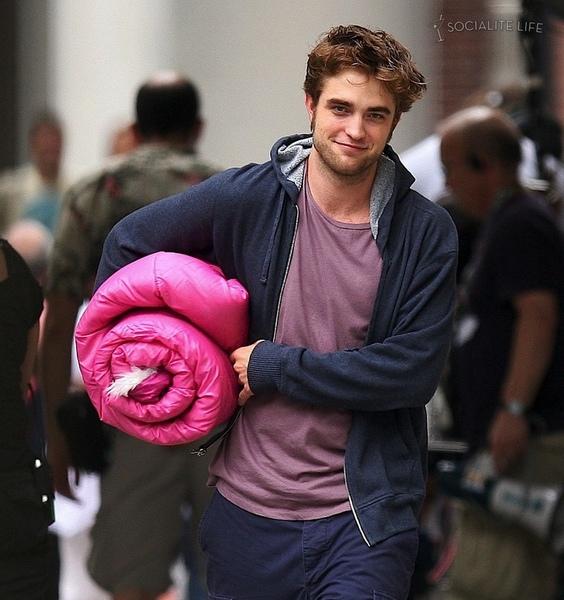 gallery_enlarged-robertpattinson-pink-sleeping-bag-07172009-16.jpg