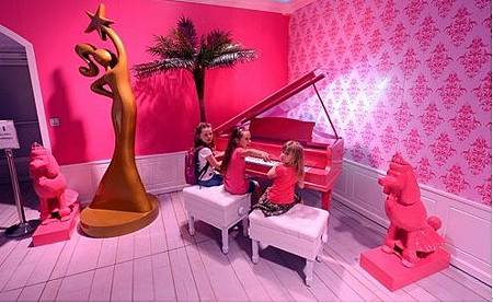 4彈著粉紅鋼琴的女孩感覺就像小公主