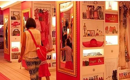 7展示芭比的衣服鞋子包包等美麗配件
