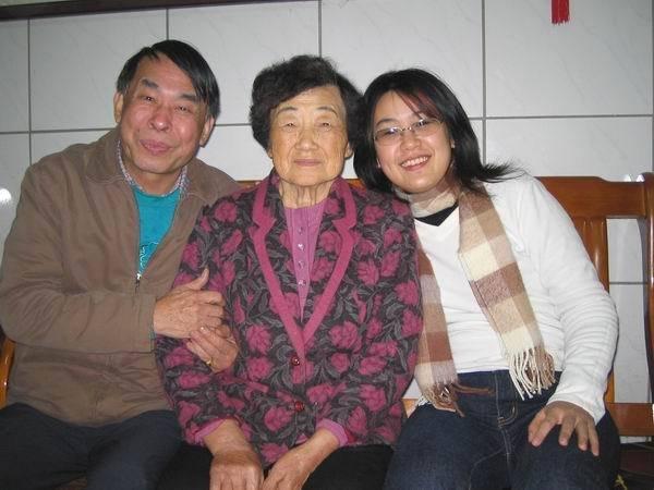 跟奶奶還有姑丈合照