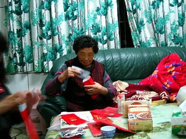 奶奶在包紅包