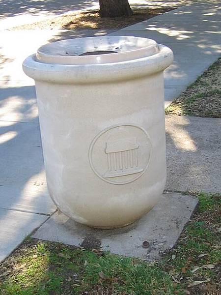 連垃圾桶都有學校的標誌