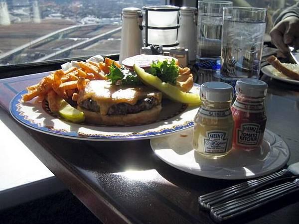 我們的餐點 還付贈兩小罐蕃茄醬跟芥末
