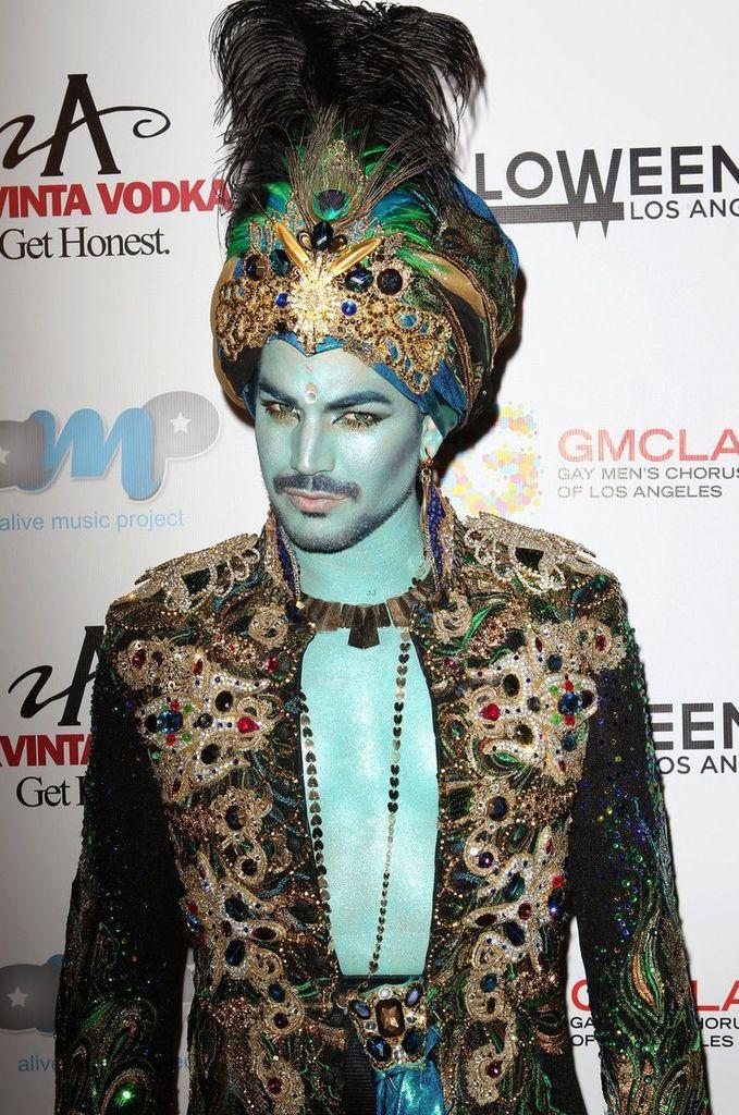 adam-lambert-sultan-at-halloweenie-holiday-concert-12
