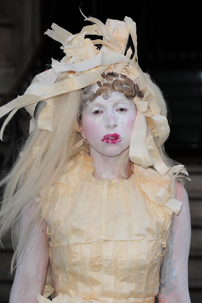 lady-gaga-as-bisque-doll-leaves-her-hotel-in-london_1