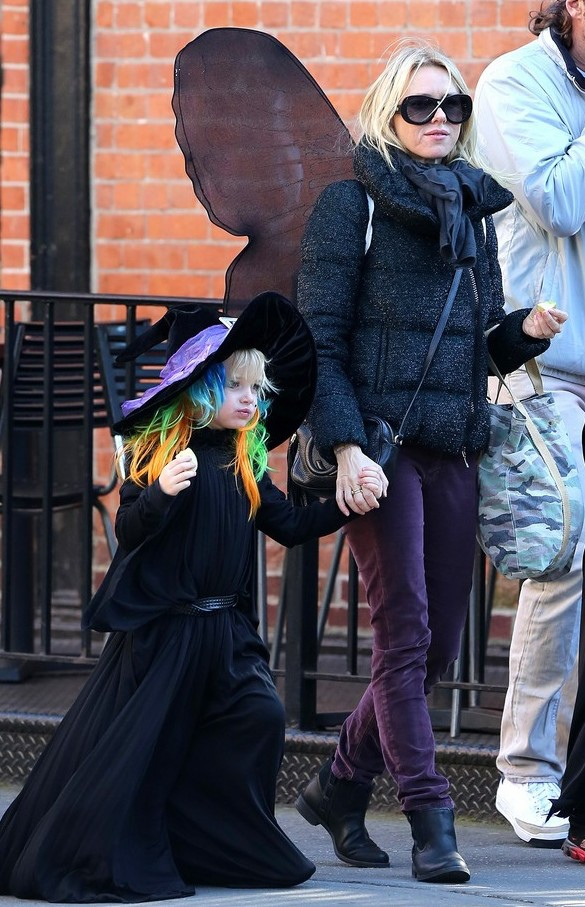 naomi-watts-liev-schreiber-early-halloween-with-the-boys-01