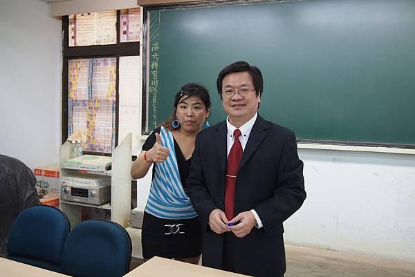 活動花絮14-戴晨志老師與書名合影