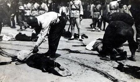 1900街頭遭斬殺的義和團團民.JPG