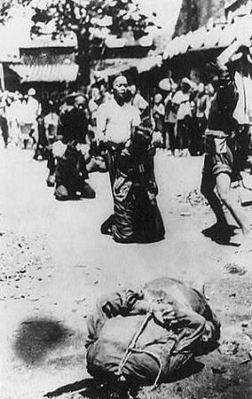 1900對懷疑是義和團的人,無需經過必要的司法程式,即在街頭斬首.JPG