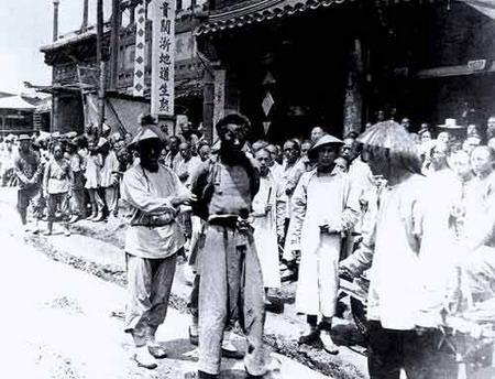 1900遭逮捕的義和團團民1.JPG