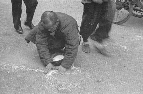 KMT金融改革後的上海1949~檢拾散米的人(不是領好多KMT發的錢嗎?怎麼才隔一年就趴在地上撿剰米咧?)