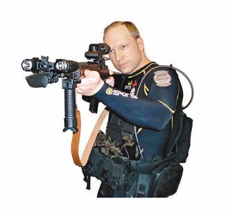 挪威恐怖攻擊兇嫌布雷維克17日在推特留下一則推文:「一個有信念的人,足以匹敵只考慮利益的十萬大軍。」他在攻擊前一天張貼的各種造型的照片。 路透、美聯社、歐新社