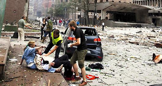 110724奧斯陸爆炸過後,受傷民眾坐在路邊,等待警方援救。.jpg