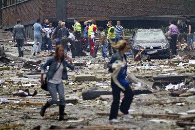 挪威首府奧斯陸22日發生炸彈恐襲,爆炸威力之猛讓多棟建築的玻璃全部震碎,市中心街頭滿目瘡痍,猶如戰場。(美聯社).jpg