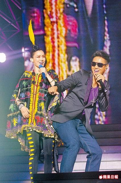 110829范范(左)前晚演唱會,老公黑人擔任嘉賓,故意翹屁股搞笑。.jpg