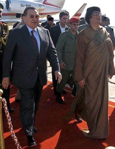 111024资料图:卡扎菲在苏尔特迎接到访的穆巴拉克.jpg