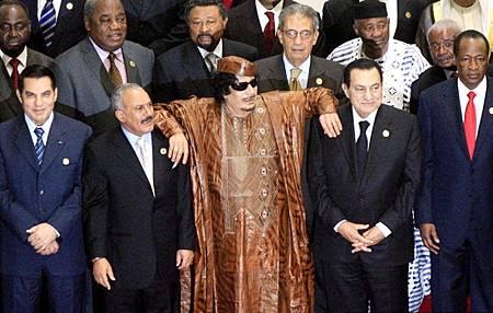 111024资料图:当时出席非盟峰会的本·阿里(前排左一)、萨利赫(前排左二)、卡扎菲(前排中)和穆巴拉克(前排右二).jpg