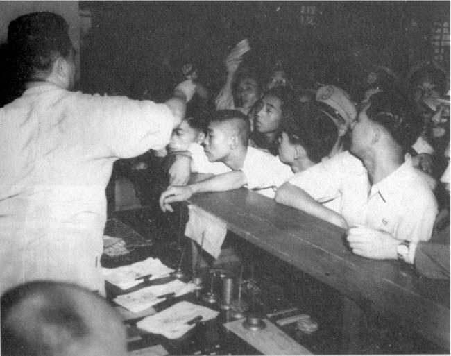 1948年8月,南京銀行內提領金圓券的人潮.jpg