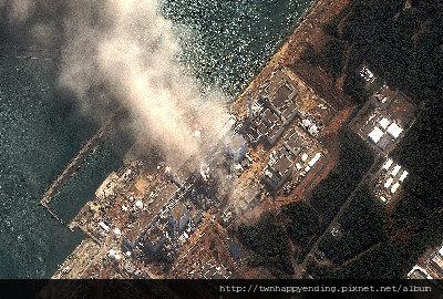 福島第一核電廠反應爐連續爆炸,圖為14日衛星照片顯示該廠不斷冒煙。(美聯社).jpg