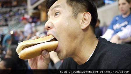 【110221有人大半生吃一餐只為行善救窮、貧、弱勢...又害偶哭哭了】但更有『台灣首善』、LL潮T創辦人~黑人陳建州,每天都嘛吃得好爽快唷...不再哭哭還笑嘻嘻呢...