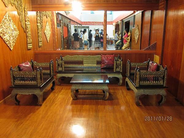 很泰式的桌和椅.JPG