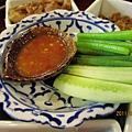 青菜和黃瓜和很辣的沾醬.JPG