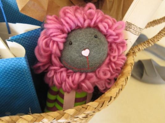 我想像著這隻襪娃的主人,是怎麼樣的一個女生...聽Adele,抱著書走過大英博物館、柯芬園、聖潘可拉斯車站...。