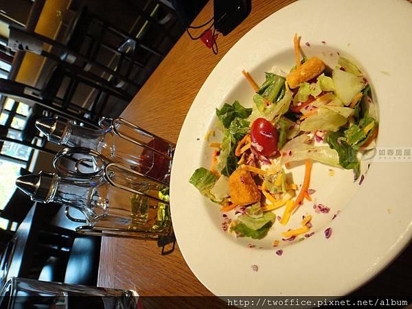 凱薩沙拉,左邊那兩瓶是橄欖油和醋,醬汁的比例可以隨個人口味自由調配。