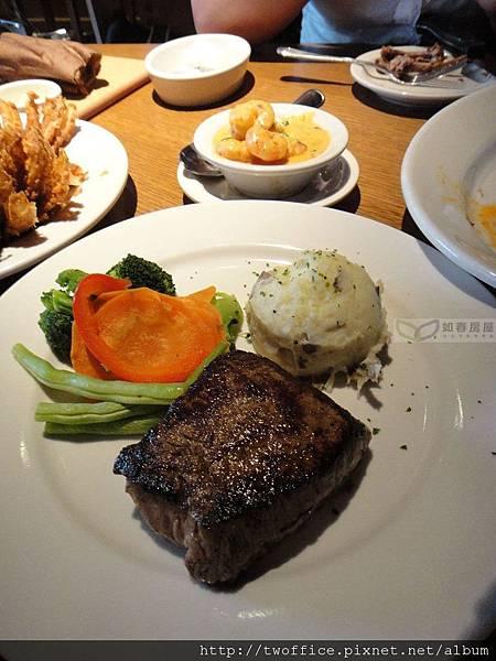 額外加點的牛排,配菜之一是細密的薯泥,和著營養的皮,很健康哪。