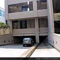 坡道式的停車場入口,汽、機車分道最安全。