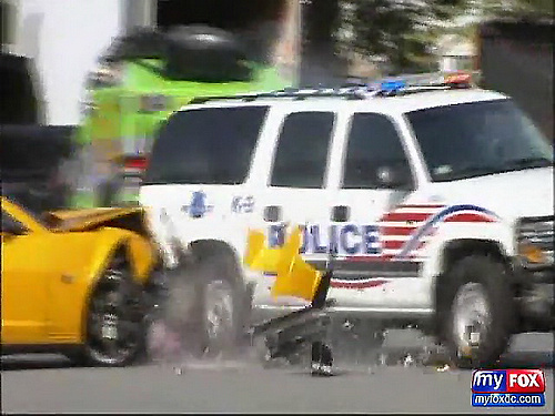 FOX 5_ RAW - Autobot Bumblebee Hits DC Police SUV at Transformers Filming in D.C._(480p)[(000443)01-08-07].jpg