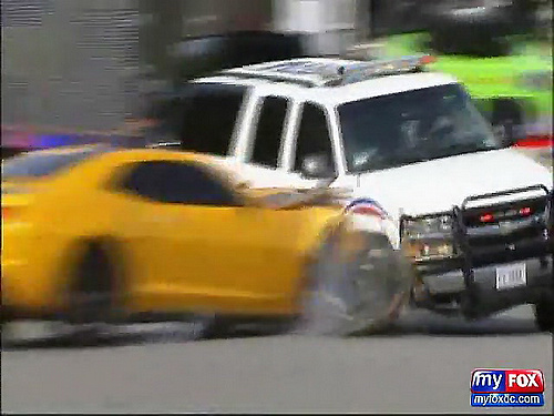 FOX 5_ RAW - Autobot Bumblebee Hits DC Police SUV at Transformers Filming in D.C._(480p)[(000430)01-08-07].jpg