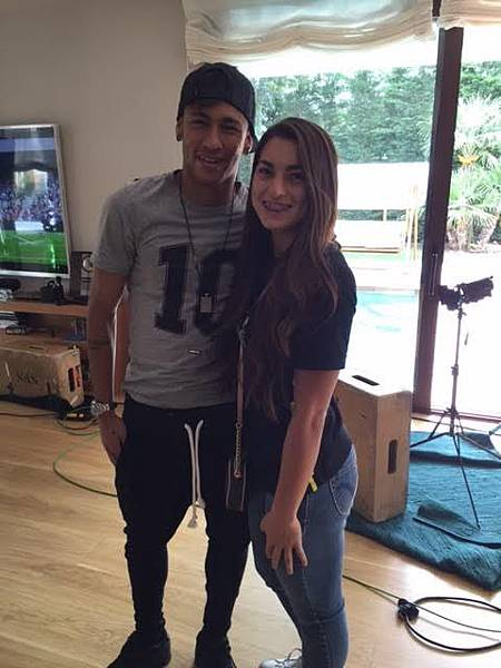 Neymar-and-american-girl-Rhiannon-Conelley-at-the-brazilian-superstar-apartment-in-Barcelona