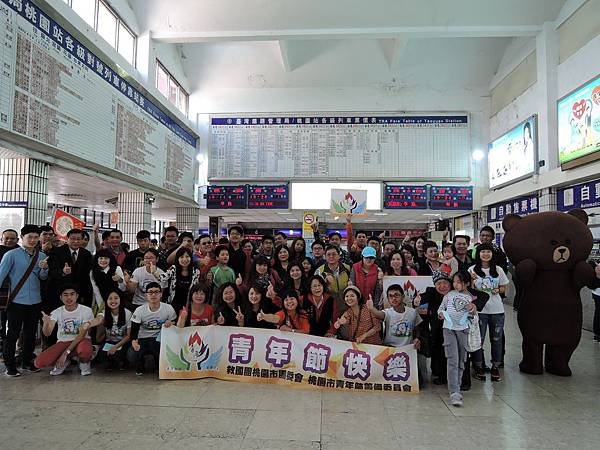 圖四:青年學生慶祝青年節大合影