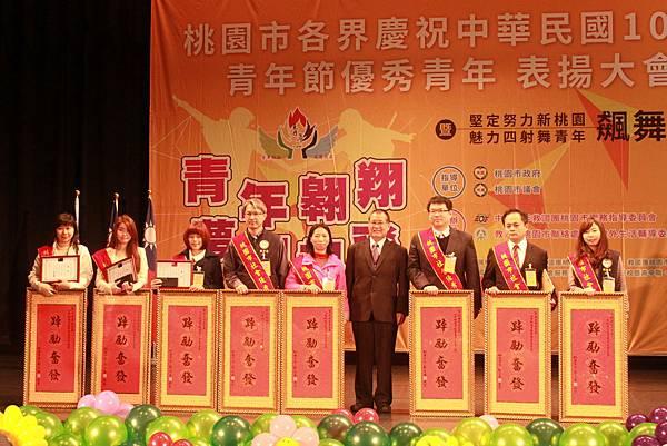 圖四:社會局古梓龍局長與優秀青年合影