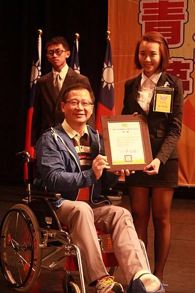 圖二:救國團桃園市團委會吳志揚主任委員受獎予學校優秀青年