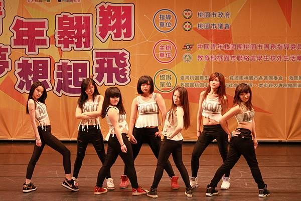 圖二:青年朋友們以舞會友,展現精彩舞技