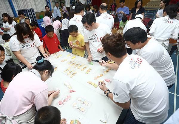 LG員工化身希望特派員參與送希望到偏鄉活動與福山國小孩童互動