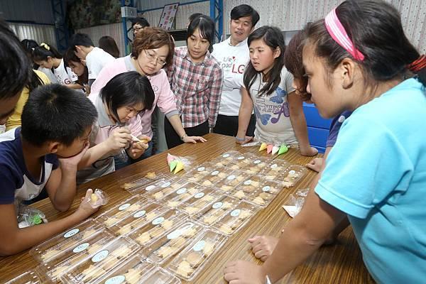 喜憨兒師傅教導LG員工與福山國小孩童DIY製作LG_Logo_餅乾